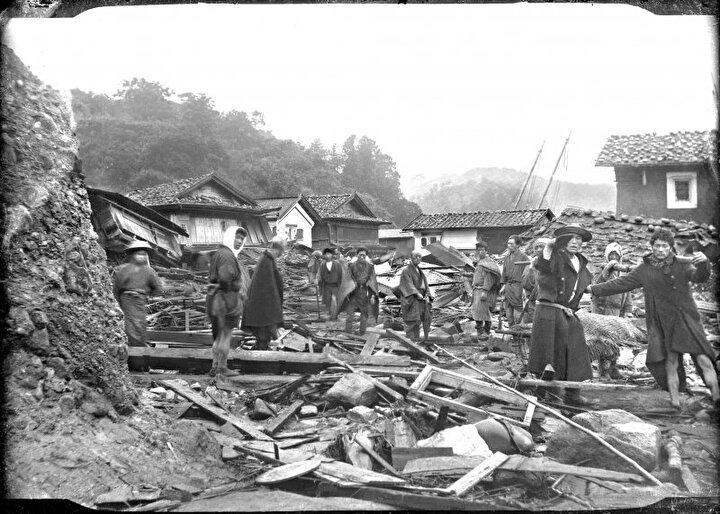 15 Haziran 1896 yılında meydana gelen ve tahmini büyüklüğü 7.6 olan deprem sonrası yayılan tsunami Japonya kıyılarını vurdu. 11 binden fazla eve zarar veren tsunami ile 22 bin kişi hayatını kaybetti. 38,2 metre yüksekliğine ulaşan dev dalgalar Çin'in doğu kıyılarını vurarak yaklaşık 4 bin kişinin de ölümüne sebep oldu.