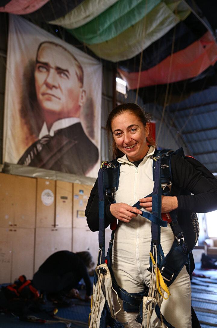 Denemeye katılanlardan diş hekimi Hülya Kubilay da 8 yıldır paraşüt sporuyla ilgilendiğini dile getirerek, Bu sporun heyecanı bizi tutuyor. Rekor deniyoruz. Bu defa olmadı ama denemeye devam edeceğiz. ifadelerini kullandı.