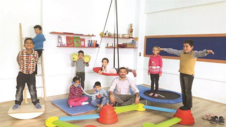 11 yıldır Özel Eğitim Öğretmenliği yapan Mehmet Sakar, 4 yıl Mardinin Dargeçit ilçesinde öğretmenlik yaptıktan sonra 2012 yılında İstanbula tayin olmuş. Çocukluk hayali olan öğretmenliği şu an memleketi Mersin Anamurda sürdüren Satar, özel eğitim öğrencilerinin dikkat eksikliği, hiperaktivite, disleksi, öğrenme güçlüğü, konuşma bozuklukları, otizm ve daha birçok sorununa çözüm buluyor.Çeltikçi İlkokuluna atanır atanmaz fırçayı eline alarak sınıfı boyayan ve gerek yardımseverlerin desteğiyle gerekse kendi imkanlarıyla ders materyalleri edinen Satarın amacı, yaptığı çalışmaları tüm Türkiyede yaygınlaştırmak.