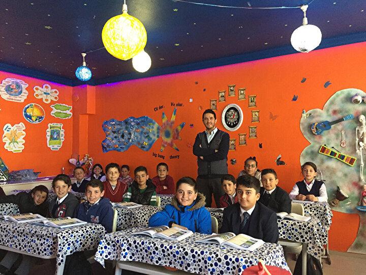 Emre Özel, Bayburtun Demirözü ilçesi Beşpınar köyündeki Şehit Gürcan Yavuz İmam Hatip Ortaokulunda görev yapan bir Fen Bilgisi öğretmeni. Okulda, köyde hatta Bayburtta yaptığı çalışmalara hergün bir yenisini ekleyen Emre öğretmenin gerçekleştirdiği projeleri anlatmak saymakla bitmez. En son Milli Eğitim Bakanlığının EBA ödüllerinde 900 bin öğretmen arasından özel ödüle layık görülen Özel, atık malzemelerden yaptığı bir deney ile sesin enerji olduğunu kanıtlamış. Yaz tatillerinde bile köyden ayrılmayan Özel, öğretmeni olduğu sınıfta öğrenci olduğunu hayal ederek çalışıyor. Milli Eğitim Bakanlığının katkılarıyla tasarladığı Bilim Otobüsü ile de Tüm köy okullarının öğretmeni.
