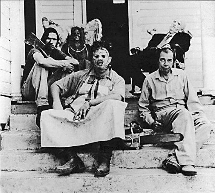 """Gerçekte film, 1950'lerde yaşamış Wisconsin'li Edward Gein'in gerçek yaşam hikayesine dayanıyor. Gerçek bir seri katil olan """"Çılgın Ed"""" kurbanlarının derilerinden yaptığı bir maske takıyordu ve çiftlik evini kurbanlarının ceset parçalarıyla dekore etmişti."""