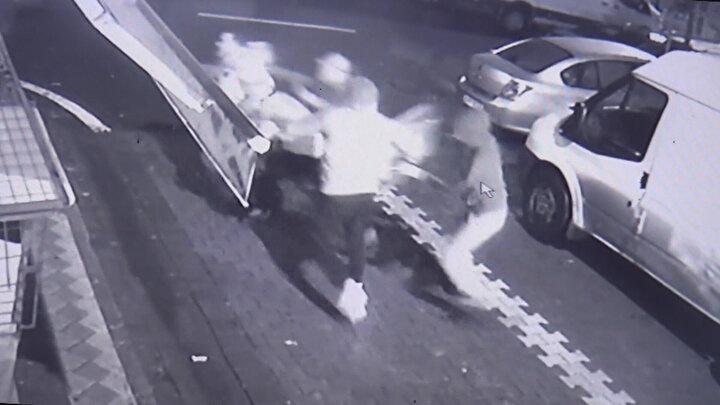 Hasan K.nın evine yakın gerçekleşen olayda bir araçla önünü kesen soyguncular, araçtan inerek kuyumcuya saldırmaya başladı.