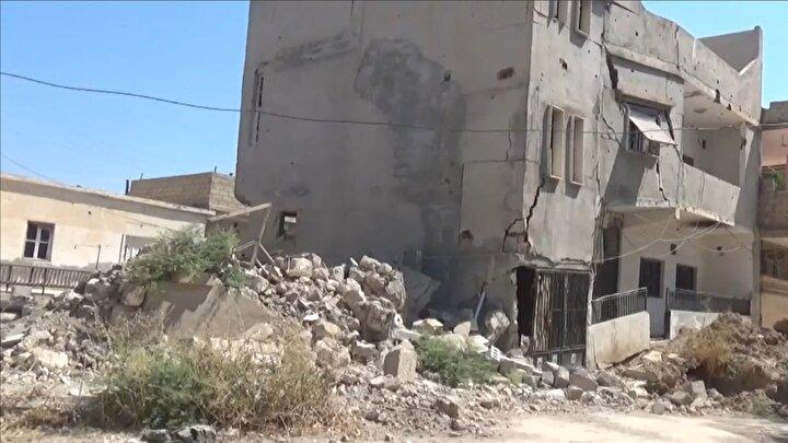 Meydana gelen göçükler sonucu bölgedeki bazı evlerin bahçelerinde ve yollarda çukurlar oluştu.