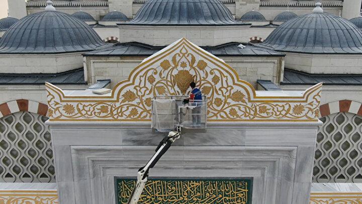 Cumhurbaşkanı Recep Tayyip Erdoğanın, Başbakanlığı döneminde 6 Ağustos 2013te temelleri atılan Çamlıca Camiinde artık sona gelindi. Caminin şu anda yüzde 99u tamamlandı. Şantiye de şu anda peyzaj çalışmalarına ağırlık verilmiş durumda.