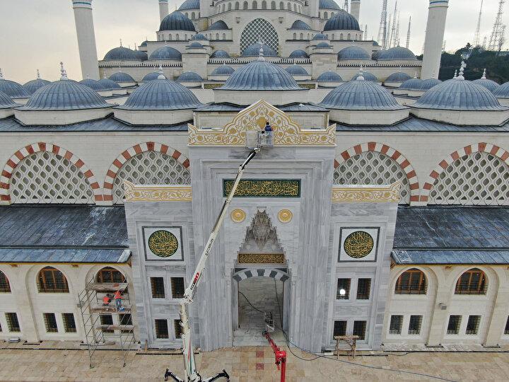 6 minareli camide, 11 bin metrekare büyüklüğünde Türk İslam eserlerinin yer alacağı bir müze ile 3 bin 500 metrekare büyüklüğünde bir sanat galerisi olacak.