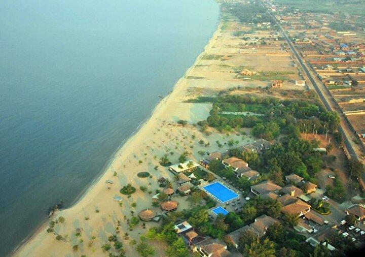 Ülkenin doğusundaki Tanganyika Gölünün kenarında kurulu, 1,2 milyon nüfuslu Bujumburaya göre Burundinin merkezinde yer alan Giteganın nüfusu 300 bin civarında.