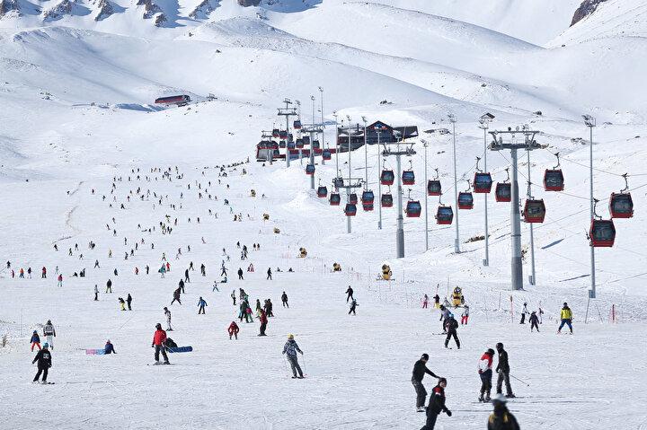 Bütün pistlerin birbirine bağlı olduğu Erciyeste, farklı zorluk derecelerindeki (siyah, kırmızı, mavi) pistleriyle kayak tutkunlarına 2 bin 200 metreden 3 bin 400 metre rakıma kadar kayak yapma fırsatı sunuluyor.