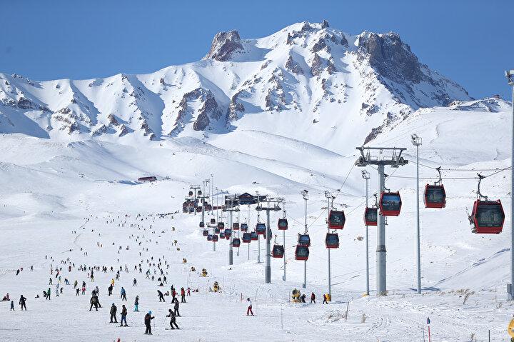 Modern liftleri ve son teknoloji teleferik sistemiyle yaklaşık 25 kilometrekarelik alana yayılan kayak merkezi, 21 bin 300 metre uzunluğunda ve saatteki taşıma kapasitesi 25 bin 500 kişi olan 2si gondol 18 mekanik tesis ağı ile misafirlerine çok farklı noktalarda kayak yapma imkanı sunuyor.