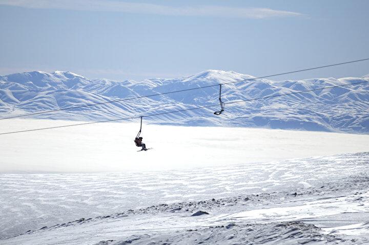 Günün ilk ışıklarıyla sıcak hava balonu turlarına katılarak doğal kaya oluşumlarının bulunduğu vadiler ve peribacalarının otantik atmosferini gökyüzünden kuş bakışı izleme fırsatı bulanlar, balon turunun ardından yaklaşık 1 saatlik araç yolculuğuyla Kayserideki Erciyes Kayak Merkezine ulaşıyor.