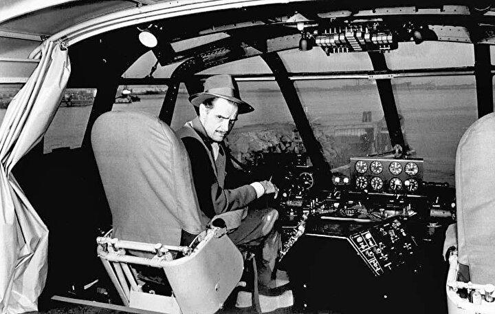 Howard Hughes obsesif kompulsif bozukluğu ile çevresindekiler ile sürekli sosyal ilişkilerde sorunlar yaşadı. 1950 yılında Howard Robard Hughes Jr. dünyanın en zengin insanı oldu. Serveti günümüzün parasıyla 12,8 Milyar dolar olduğu anlaşıldı.