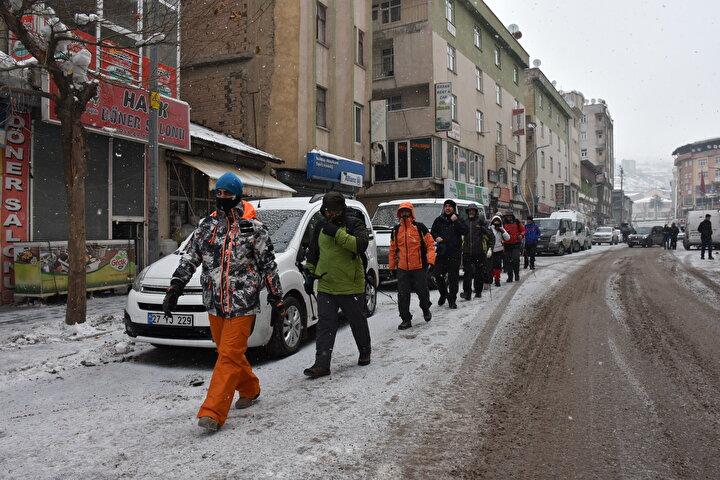 Etkinlik kapsamında kent merkezinde bir araya gelen dernek üyeleri ile doğaseverlerden oluşan 22 kişilik grup, 12 kilometre mesafedeki Merga Bütan bölgesine yürüdü.