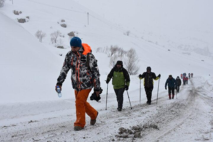 Bazı bölgelerde kar ve tipiye yakalanan grup üyeleri, 4 saatlik zorlu yürüyüşün ardından 2 bin 800 rakımlı bölgeye ulaştı.