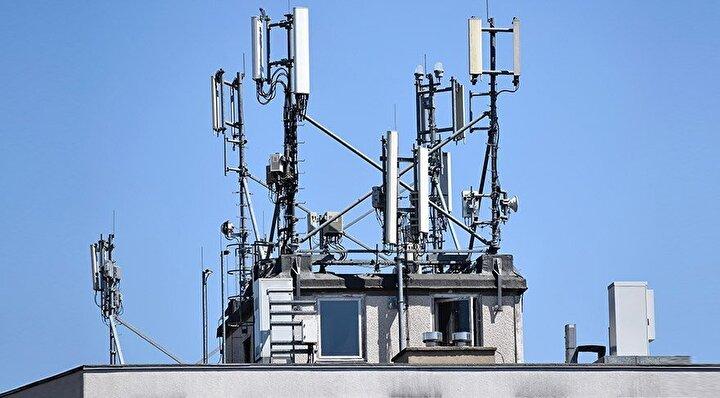 Baz istasyonları azalacak: Şimdilik baz istasyonsuz bir mobil internet düşünülemez belki ancak 5G, daha az baz istasyonu ile çalışabiliyor. Yalnızca daha az değil, aynı zamanda daha küçük yapılarda tasarlanacaklar. Öte yandan bu gelişim akıllı telefonların tasarımlarını da etkileyecek. Zira telefonlarda yer alacak antenlerin de boyutları küçülecek.