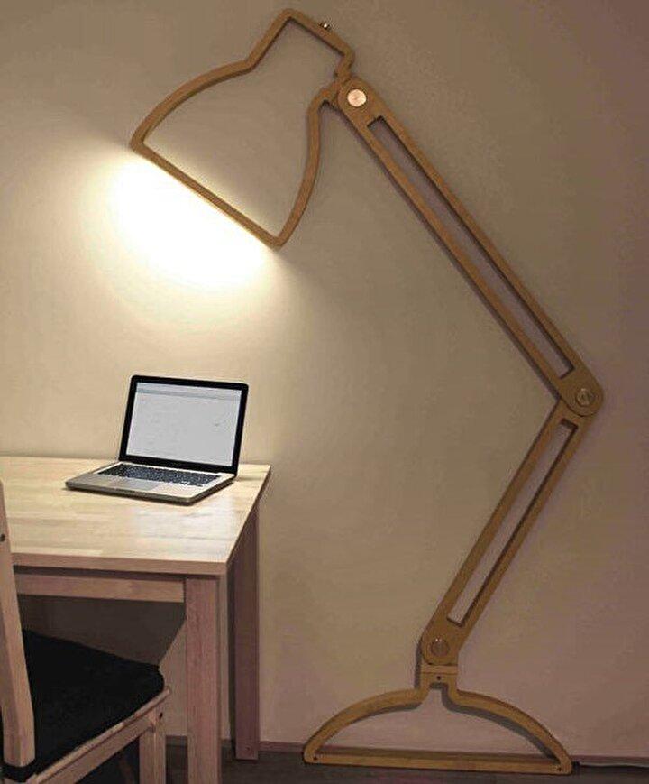 Büyük lambader ve gölgesinden yola çıkarak tasarlanan duvara monte şeklinde masa lambası.