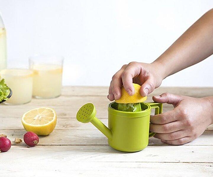 Çiçek sulama kabı gibi dursa da limon sıkacağı hem sıkmayı hem de sunumu kolaylaştırıyor.