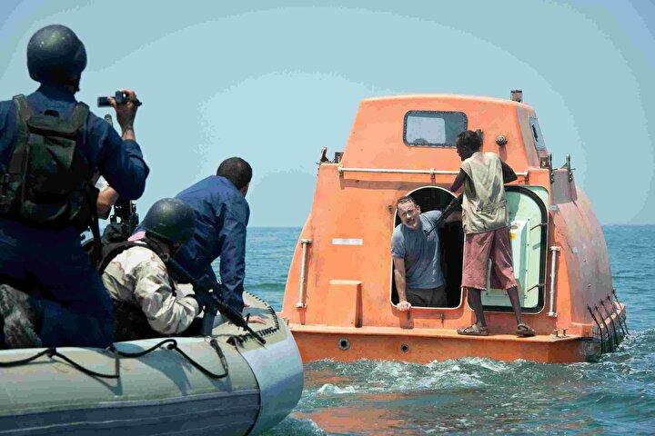 Geminin dümenindeki deneyimli kaptan Richard Phillips, tayfasını kurtarabilmek için kendini rehine olarak feda eder.