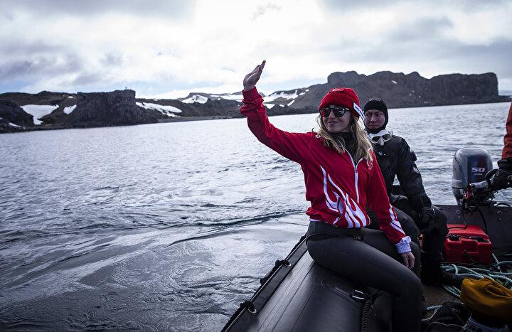 Ercümen, su sıcaklığının sıfır derece olduğu bölgede, soğuğa karşı özel bir koruyucusu olmayan elbiseyle 2 dakika süren bir serbest dalış yaptı.