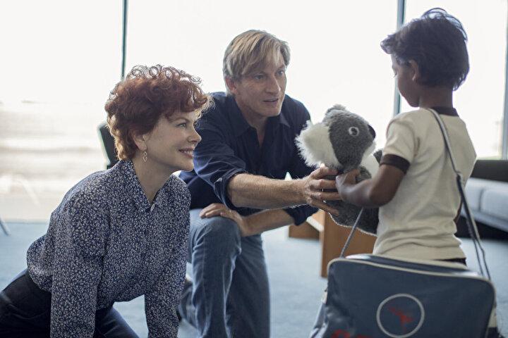 Filmin oyuncu kadrosunda Dev Patel, Rooney Mara, Nicole Kidman ve Deepti Naval oynamakta.