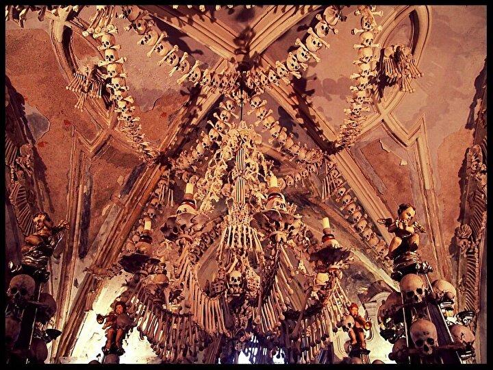 Alan yetersizliği, 16. yüzyıl boyunca kemiklerin dışarı çıkarılması ve Avrupa'nın birçok yerindeki depolardan birine yerleştirilmesi yönünde bir karar verilmesini zorunlu kıldı. Efsanede yarı kör bir keşişin bu kemik yapılarının çoğunu yaptığı söyleniyor.
