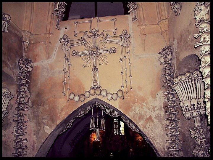 Kemikler, 1142 'de Cistercian emriyle kurulan manastıra bitişik olan bir mezarlıktan gelmişti. 14. yüzyıldaki veba salgını sırasında mezar zemini genişletildi. 1318 yılında buraya yaklaşık 30.000 kişi gömüldü ve 15. yüzyılda Roma Katolikleri ile Hussitler arasındaki dini savaşlar sırasında onlara daha fazla kişi katıldı.