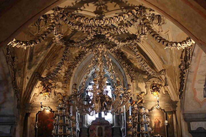 İki yıl sürmesi beklenen restorasyon projesinde, Çek Cumhuriyeti'nin merkezinde bir Ortaçağ maden kenti olan Kutna Hora'nın eteklerindeki yerleşimde bulunan Sedlec İskelet Kilisesi'nin en önemli çekicilik unsuru olan kemiklerin korunması amaçlanıyor.