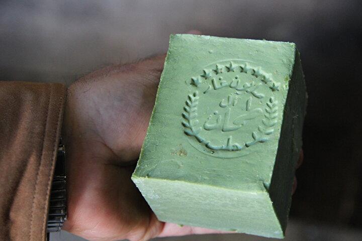 GAZİANTEP NİZİPTE SABUN ÜRETİMİNİ CANLANDIRDIK:Nizipin Türkiyede en fazla sabun üretimi yapılan yerlerden birisi olmasına rağmen ilçeye geldiklerinde birçok sabun atölyesinin kapandığını gördüklerinde şaşırdıklarını ifade eden Tahan, şöyle konuştu:Özellikle 1980lerde İran-Irak savaşının yaşandığı dönemde Nizipte sabun üretimi çok gelişmişti. Fakat daha sonra sanırım Nizipte üretilen sabunların kalitesinde bir düşüş yaşandı ve dükkanların çoğu kepenk kapatmaya başladı. Biz geldiğimizde, şu an üretim yaptığımız atölye 7-8 yıldır kapalıydı. Bizim dışımızda da bu tür iş yapmayan atölyeleri alarak sabun üretimi yapmaya başlayan birçok Suriyeli sabuncu var.