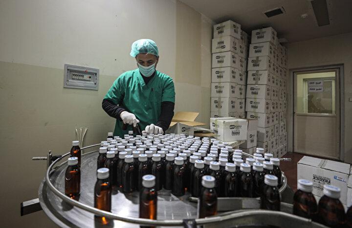 İSRAİL 9 KEZ SALDIRI DÜZENLEDİ - 2003 yılından bu yana işgalci İsrail, ilaç fabrikasına 9 kez saldırı düzenleyerek büyük tahribat ve maddi kayıplara neden oldu. diyen Astal, İsrail ordusunun 2008, 2012, ve 2018 yıllarında Gazzeye düzenlediği saldırı esnasında da fabrika merkezini füzelerle hedef alarak 1 milyon dolardan fazla maddi hasara neden olduğunu vurguladı.