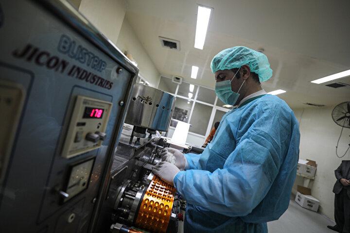 İsrailin engellemeleri ve saldırılarının yanı sıra Gazze Şeridinde yaşanan ekonomik krize rağmen 1999 yılında açılan fabrikanın kentin antibiyotik, sedatif ve soğuk algınlığı gibi bazı ilaç ihtiyacını gidermeye çalıştığını dile getiren Astal, Batı Şeria ve İsraildeki fabrikalarda üretilmeyen 7 sınıf tıbbi ilacı ürettiklerini aktardı.