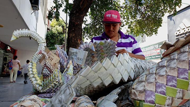 ABD destekli Venezuelalı muhaliflerin ülkelerine insani yardım sokma girişimi ile dünya gündemine oturan Kolombiyanın Cucuta kentine 1,5 yıl önce göç eden 24 yaşındaki Infante de paralardan rengarenk küçük eşyalar ortaya çıkararak hayatını kazanmaya çalışan Venezuelalılardan biri.
