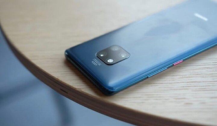 Huawei Mate 20 Pro: Cihazın kamera donanımı oldukça üst düzey. Huawei, daha önceki amiral gemilerinin kullanıldığı monokrom sensörünü bıraktı ve yerine ultra geniş lens kullandı.Mate 20 Pro, f/1.8 diyafram açıklığına, 27 mm objektife ve hibrit otofokusa sahip 40 megapiksel ana RGB sensörden oluşan etkileyici bir Leica markalı üçlü kamera düzenine sahiptir. 20 megapiksel 16 mmultra geniş açılı snapper ve 5X kayıpsız zum ve OIS özellikli 8 megapiksel telefoto sensörle destekleniyor.