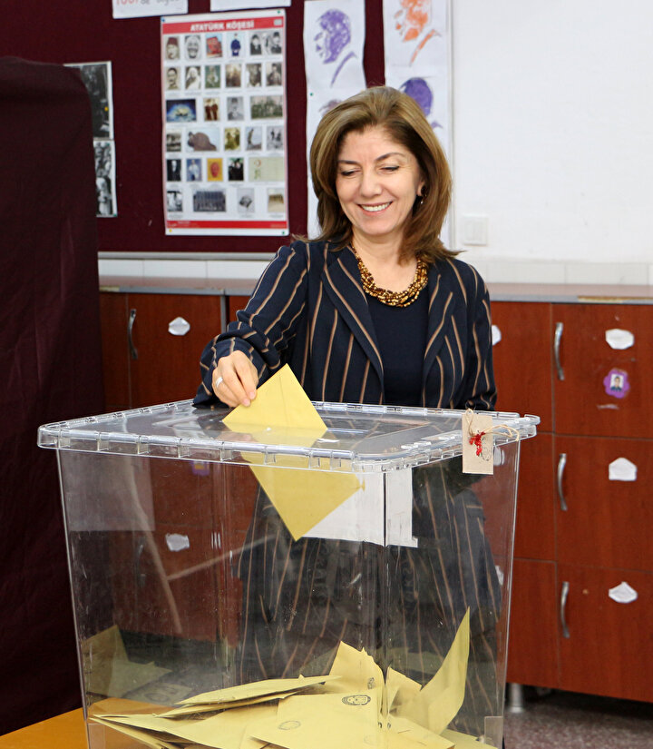 Dışişleri Bakanı Mevlüt Çavuşoğlu, eşi Hülya Çavuşoğlu ile birlikte Alanya'daki Ayşen Cengiz Urfalıoğlu İlköğretim Okulu'nda 31 Mart Mahalli İdareler Genel Seçimleri için oyunu kullandı.