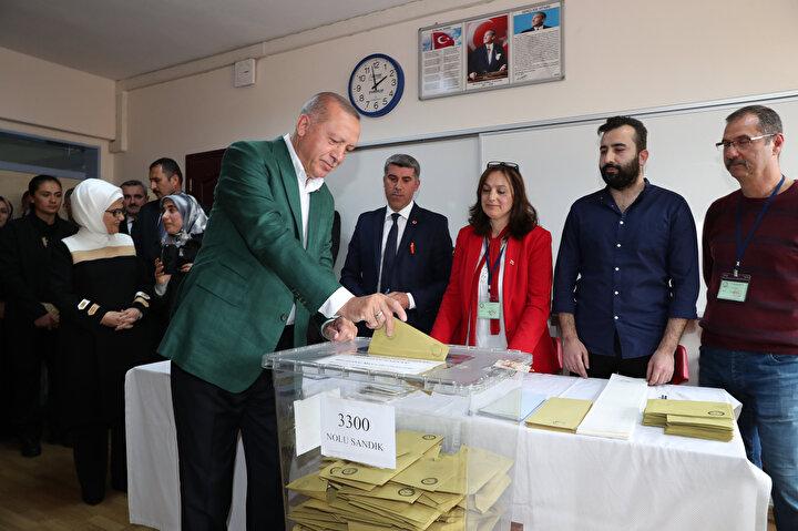 Cumhurbaşkanı Recep Tayyip Erdoğan, saat 14.00 sıralarında Üsküdar Saffet Çebi Ortaokulu'ndaki 3300 numaralı sandıkta oyunu kullandı.