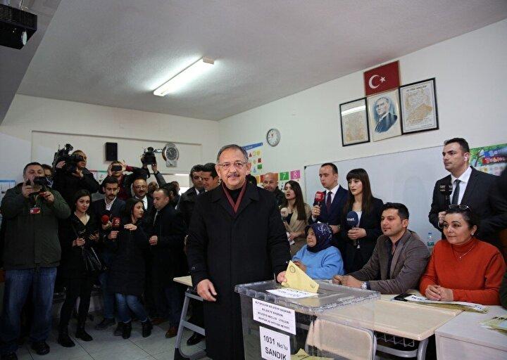 Cumhur İttifakı Ankara Büyükşehir Belediyesi Başkan adayı Mehmet Özhaseki, Beştepe Mahallesi Sofuoğlu İlkokulu'nda oyunu kullandı. Özhaseki, 1031 no'lu sandığa eşi Neşe Özhaseki , kızı ve damadıyla birlikte geldi.