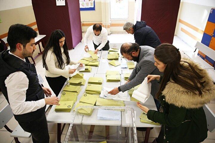 Seçimin ardından gündem ise İstanbul ve Ankarada YSKnın açıkladığı sonuçlara yapılacak itirazlar üzerinde yoğunlaştı. AK Parti, Ankara ve İstanbulda sonuçlara itiraz edeceklerini ve bazı usûlsüzlükler tespit ettiklerini duyurdu.