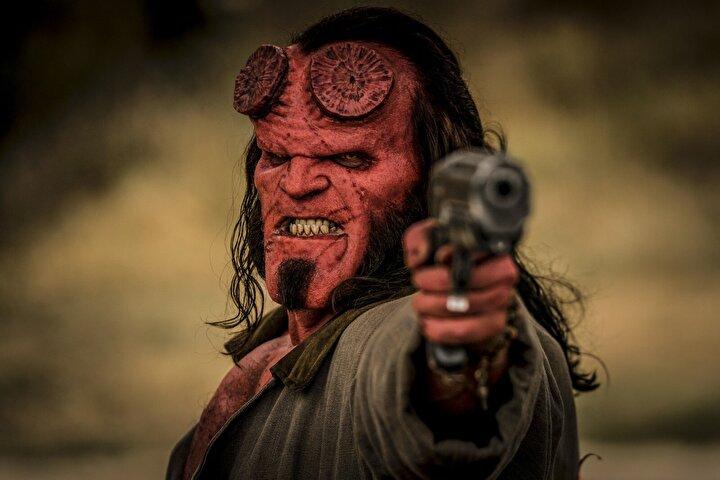 Neil Marshallın yönettiği filmde Hellboy, bu yepyeni macerasında intikam ateşiyle yanıp tutuşan ve insanlığa savaş açan bir büyücüye karşı mücadele ediyor.