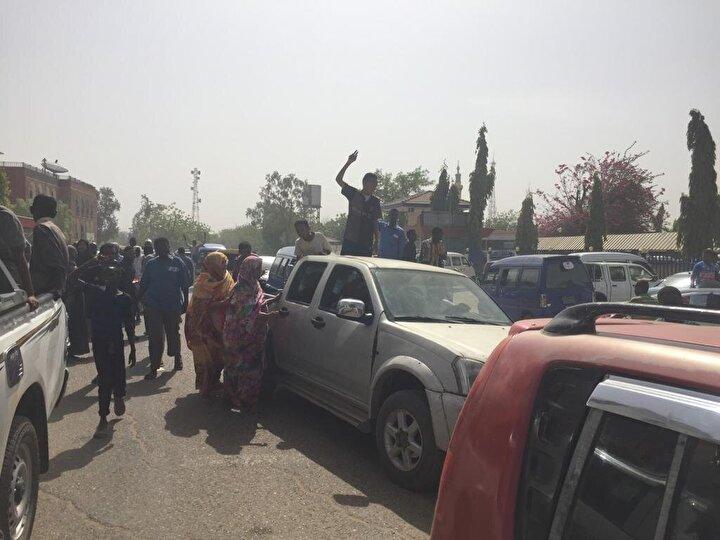 Muhalif Sudan Merkezi Doktorlar Komitesinin sosyal medya hesabından dün yapılan açıklamada ise gösterilerde, cumartesi gününden bu yana 5i asker 21 kişinin hayatını kaybettiği, güvenlik güçlerinin gösterilere müdahalesi sonucu 153 kişinin de yaralandığı ifade edilmişti.