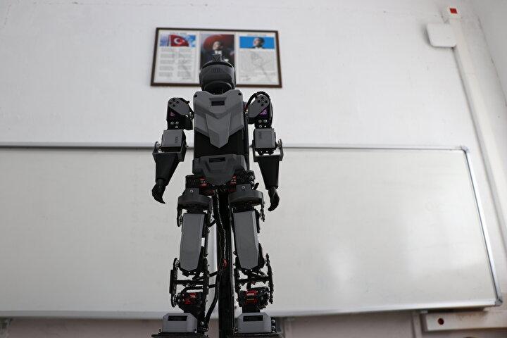 Ar-Ge çalışmasının ilk aşamasını tamamladıklarını belirten Bozkurt, Toplamda 4 aşama olacak. Öğrencilerimle birlikte derslerden kalan vakitlerde robotun üzerinde çalıştık. Farklı tasarımlar yaparak robotumuzu insan gibi ayağa kaldırdık. dedi.