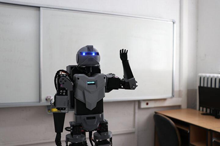 Geçen yıl biyonik el tasarımıyla TÜBİTAK 49. Liseler Arası Bilim Projeleri Yarışmasında Ege Bölgesi birincisi seçilmelerinin ardından insansı robot projesine başladıklarını anlatan Bozkurt, piyasada hazır tasarımlarla yapılan robotların olduğunu görünce tasarım ve yazılımıyla kendilerine ait bir robot yapmaya çalıştıklarını dikkati çekti.