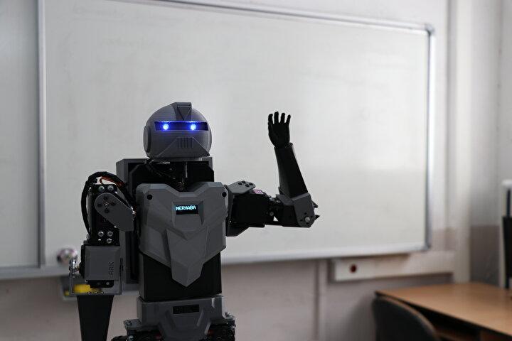 Bozkurt, ismini elektrik enerjisindeki atlama tanımı olan Ark koydukları robotta 18 motor ve eklem bulunduğunu anlatarak, Bunlardan 5er tanesi sağ ve sol bacakta, 3er tanesi kollarda, 1 bel ve 1 tane de boynunda motor var. Ağırlığı 4 kilo ve 55 santimetre uzunluğuna sahip. diye konuştu.