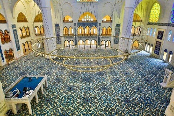 Bir alt katta bulunan aynalı pencereler, her cephede ayrı ayrı 28 adettir. Hem bu pencereler hem de şadırvanlı avludaki 28 kubbe, Kur'ân-ı kerimde adı geçen 28 peygamberi işaret ediyor.