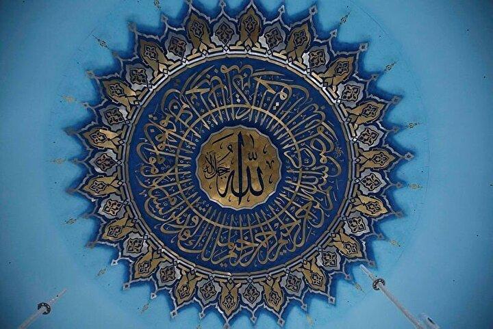 Ana kubbe pencereleri Resulullah Efendimizin peygamber olduğu yaşı ve bir günde kılınan 40 rekât namazı simgeliyor.