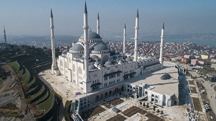 İmanın 6 şartını temsilen 6 minaresi vardır.  6 minaresinin 4ü Anadoluya adım attığımız 1071 yılına atfen 107,1 metredir.