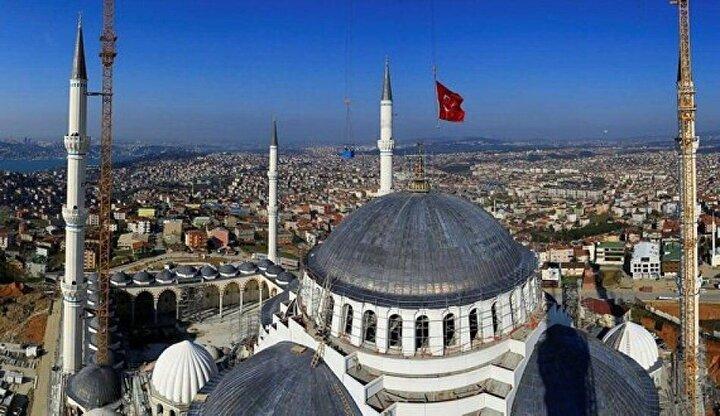 Camideki 5 normal kubbe, İslam'ın 5 şartını gösteriyor.  Camiye 5, şadırvanlı avluya 3 abidevi kapıyla giriliyor. Bunların toplamı 8 cennet kapısını simgeliyor.