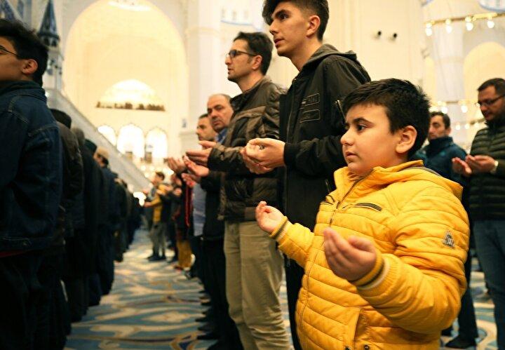 İstanbulda, Berat Kandili coşkuyla idrak edildi. Büyük Çamlıca Camisindeki programa katılan vatandaşlar namaz kılıp dua etti