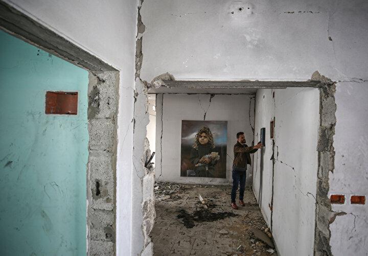 Gazzedeki Filistinlilerin maruz kaldığı sıkıntıları ifade etmek amacıyla kentin batısındaki En-Nasr Mahallesinde yer alan bir binanın yıkık duvarlarını sergi alanı olarak kullanan Cibali, bu sıra dışı sergisini Molozlar Arasındaki Hayalperestler şeklinde isimlendirdi.