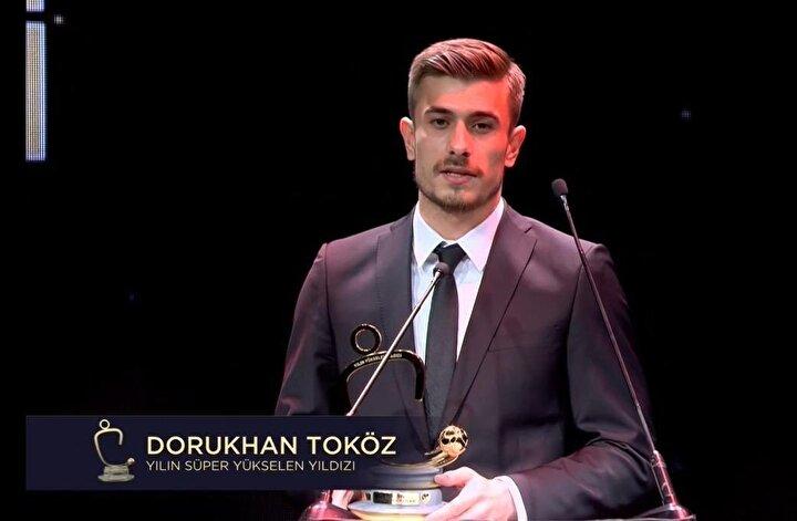Yılın Süper 11inde Emre Belözoğlunun partneri Beşiktaşlı Dorukhan Toköz oldu.