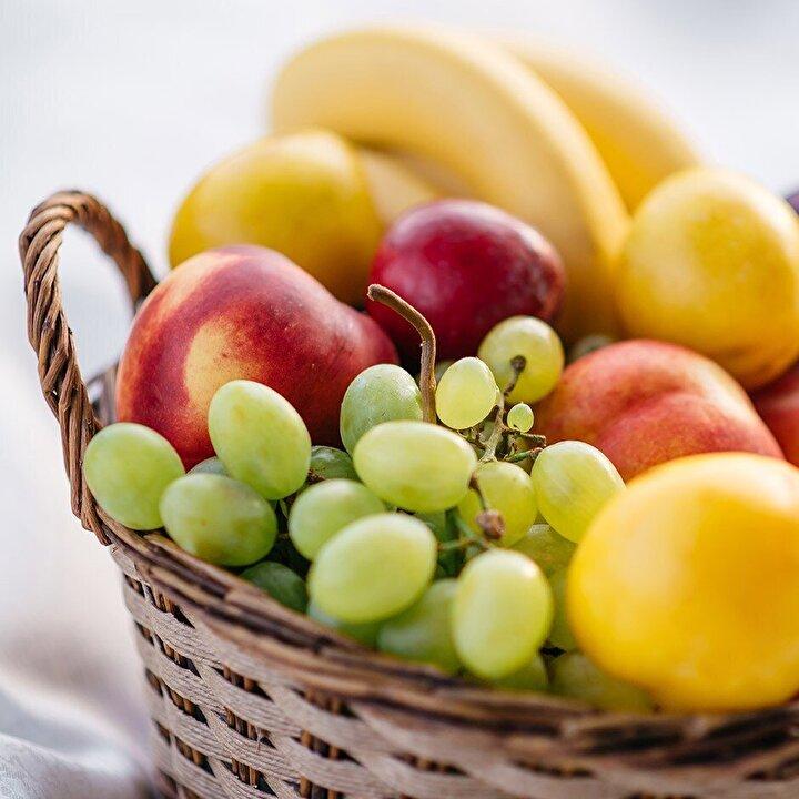 Meyve - Yapılan araştırmalar sonucunda yapısında triptofan aminoasidi fazla olan besinlerin iştahı azalttığı belirtilmiştir. Muz, avokado, yulaf ve süt triptofan bakımından zengin gıdalardır. Bezelye, fıstık, fasulye gibi albumin bakımından zengin besinler tüketerek iştahınızı azaltabilirsiniz. Meyveler doğal şeker kaynağıdır. Sahurda tüketeceğiniz 2-3 porsiyon meyve sizi gün içinde rahatlatacaktır. Kan şekerinde hızlı iniş çıkışlar açlık hissinin oluşmasındaki en önemli faktörlerden birisidir.