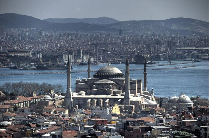 Edebiyatçıların satırlarında, şairlerin dizelerinde, ressamların, nakkaşların, müzehhip ve müzehhibelerin fırçalarında, fotoğrafçıların kadrajlarında ifade edilmeye çalışılan kubbelerden en dikkat çeken görkemli olanlar İstanbul'un ayrılmaz bir parçası.