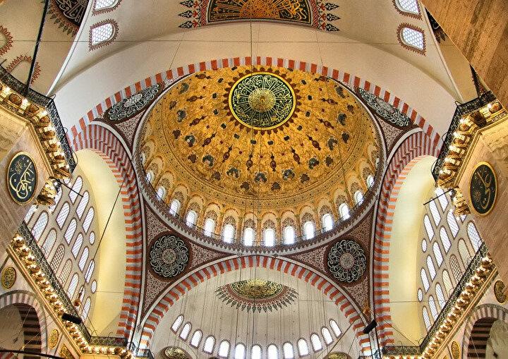 Süleymaniye Camii kubbesine çıkarken 114 basamak yer alıyor. Bu Kur'an-ı Kerim'deki sure sayısına tekabül ediyor.