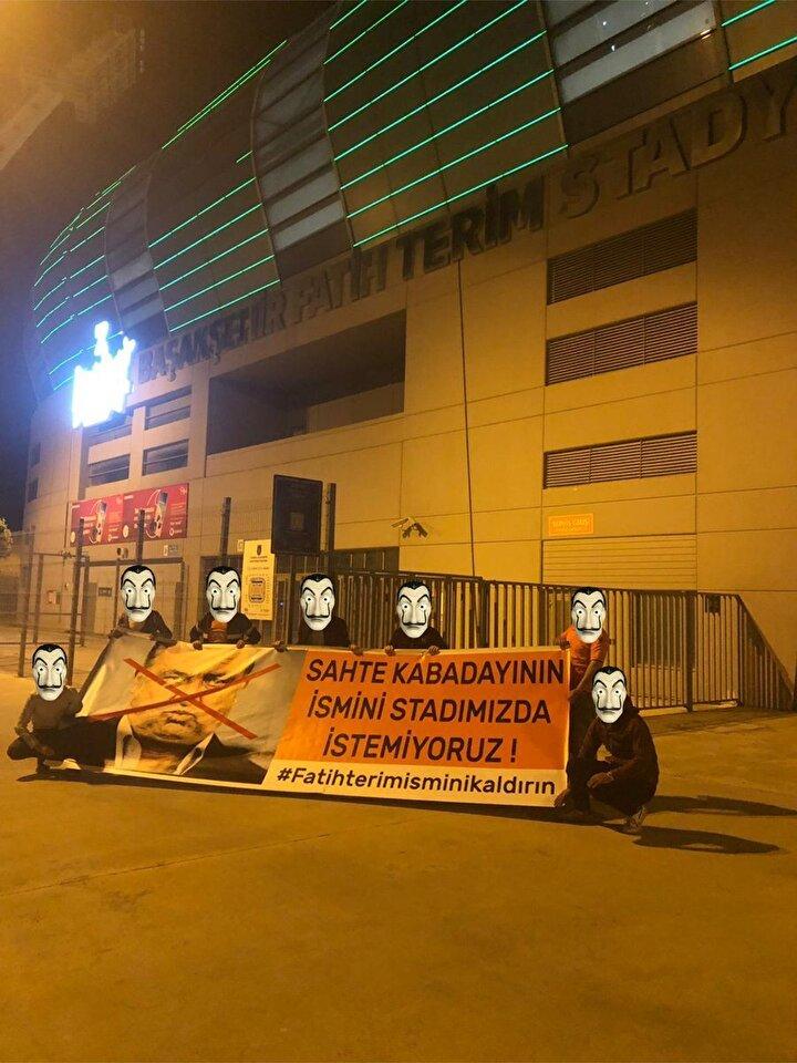 Bütün bu yaşananların ardından turuncu-lacivertli taraftarlar, 3. İstanbul Fatih Terim Stadının önünde açtıkları pankartla Fatih Terim isminin stadyumlarından kaldırılmasını talep etti.